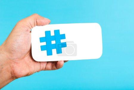 hand zeigen ein hashtag symbol zeichen