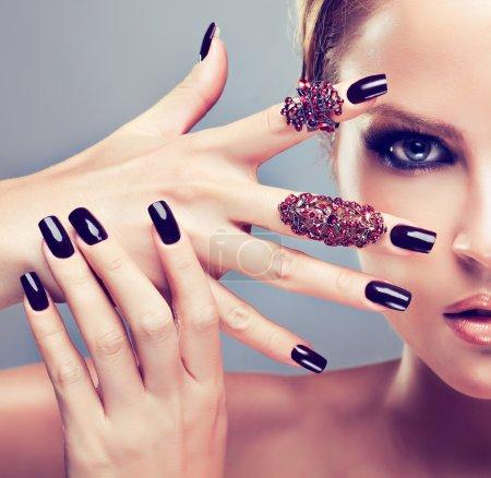 Photo pour Beau modèle avec des anneaux de manucure et de la mode bourguignonne - image libre de droit