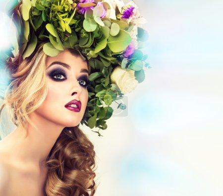 Photo pour Beau modèle féminin avec couronne florale d'été sur la tête avec maquillage des yeux fumés - image libre de droit