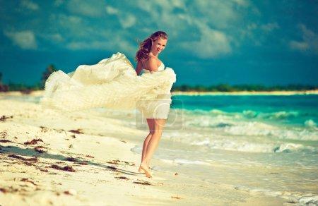 Photo pour Mariée heureuse sur la plage tropicale - image libre de droit