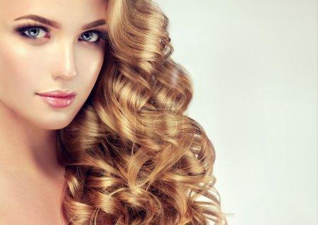 Photo pour Belle fille avec de longs cheveux bouclés - image libre de droit