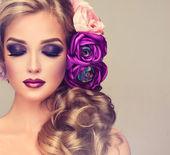 Donna con capelli ricci e fiori