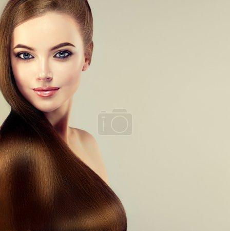 Foto de Hermosa chica morena con pelo largo recto liso. Una mujer con peinado recto sano - Imagen libre de derechos
