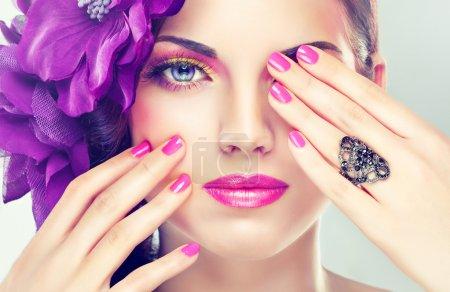 Photo pour Belle femme avec la fleur délicate et un maquillage parfait - image libre de droit