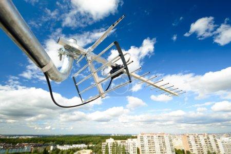 Photo pour Antenne directionnelle pour la réception de la télévision numérique DVB-T et DVB-T2 sur une conurbation avec tassement (polarisation horizontale, UHF, câble coaxial résistant aux UV, grande perspective ) - image libre de droit