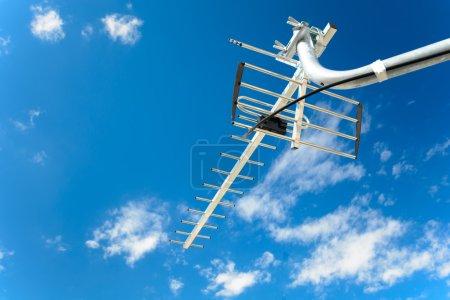 Photo pour Antenne directionnelle pour la réception de la télévision numérique DVB-T et DVB-T2 (polarisation horizontale, UHF, câble coaxial résistant aux UV) avec un fond de ciel bleu - image libre de droit