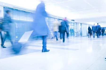Estación de metro de Londres Blur movimiento de gente de negocios en hora punta