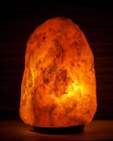 Photo pour Lampe au sel sur fond noir - image libre de droit