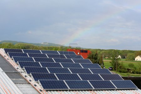 Foto de Las células fotovoltaicas se utilizan principalmente como una fuente de electricidad duradera y de alta confiabilidad en energía solar. - Imagen libre de derechos