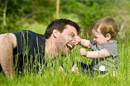 Photo pour Mignon petit enfant jouer et plaisanter à la campagne avec papa pendant l'été - image libre de droit