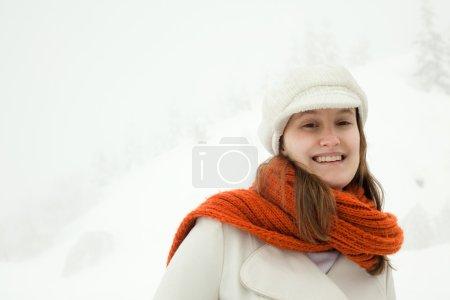 Photo pour Belle femme détendue avec un foulard rouge dans un portrait paysage enneigé - image libre de droit