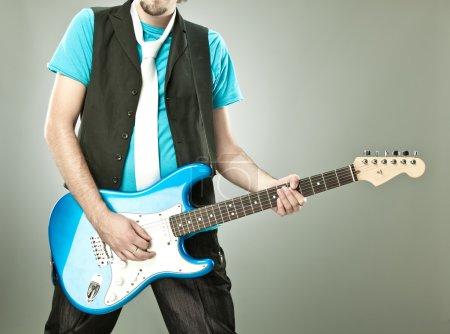 Photo pour Joueur de guitare drôle de concert isolé sur fond gris - image libre de droit