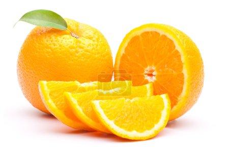 Photo pour Tranche d'orange avec feuilles isolé sur blanc - image libre de droit