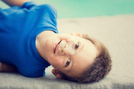 Photo pour Jeune homme souriant portrait d'enfant extérieur - image libre de droit