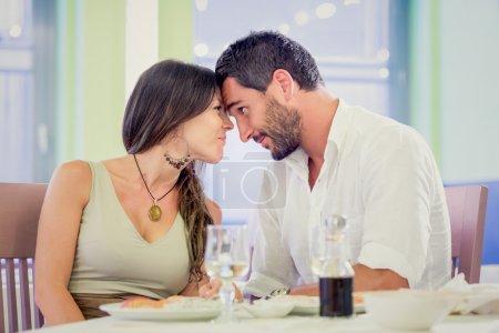 Photo pour Jeune couple brune romantique flirter au restaurant - image libre de droit