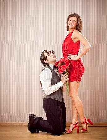engagement de nerd copain homme aime proposition de petite amie avec des roses pour la Saint-Valentin