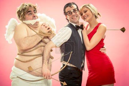 Photo pour Nerd trouvé l'amour avec Cupidon flèche aide par enlèvement pour la Saint-Valentin - image libre de droit