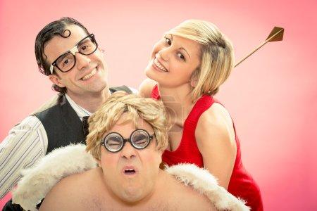 Photo pour Nerd trouvé l'amour avec Cupidon flèche aider pour la Saint-Valentin - image libre de droit