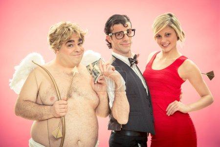 Photo pour Nerd trouvée amour Cupidon flèche aide par donner de l'argent pour la Saint-Valentin - image libre de droit