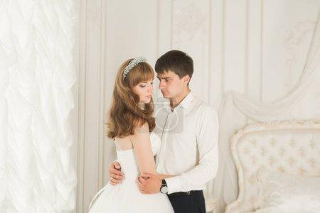 Photo pour Mariage couple mariée et marié tenant la main. - image libre de droit