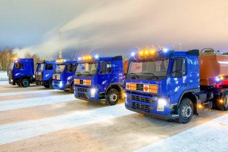 Photo pour Camions pour les matières dangereuses en hiver à l'extérieur - image libre de droit