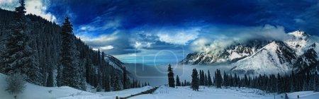 Photo pour Panorama pittoresque cousu de montagnes enneigées avec ciel nuageux incroyable sur fond - image libre de droit