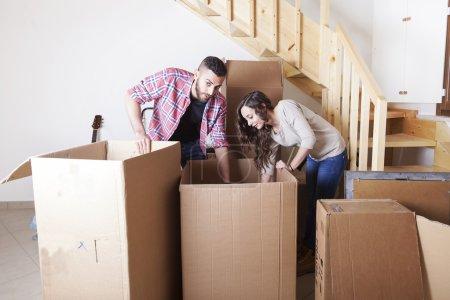 Photo pour Jeune couple meuble la nouvelle maison - image libre de droit