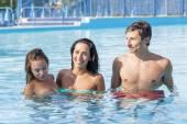 Skupina mladých chlapců se bavit v bazénu