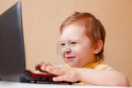 Photo pour Enfant a vu quelque chose de désagréable sur l'écran de l'ordinateur, et ridé son nez. le concept de contrôle parental Internet - image libre de droit