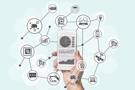 Photo pour Analyse prédictive et concept de Big Data avec téléphone intelligent moderne pour analyser les données du marketing, du shopping, de l'informatique en nuage et des appareils mobiles - image libre de droit