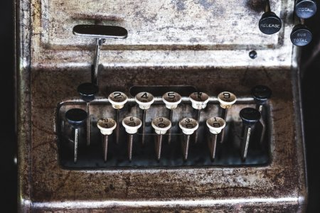 Photo pour Ancienne calculatrice antique vintage - image libre de droit