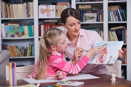 Photo pour Enfant psychologue avec une petite fille, un enfant dessine - image libre de droit