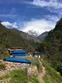 Blaue Häuser in einem nepalesischen Dorf, Annapurna trek