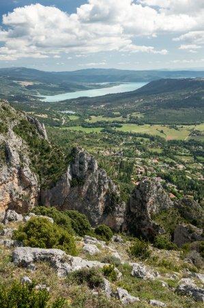 Photo pour Le village de Moustiers Sainte Marie avec le lac de Sainte Croix en arrière-plan, département des Alpes-de-Haute-Provence, France - image libre de droit