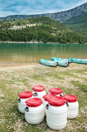 Photo pour Seaux et kayaks étanches au bord du lac Sainte Croix, Haute Provence, France - image libre de droit