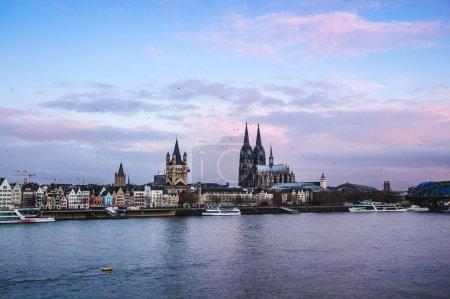 Photo pour Koeln (Allemagne) panorama y compris la cathédrale gothique et le Rhin - image libre de droit