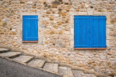 Photo pour Fenêtres bleues sur le mur, Sainte Croix du verdon, Provence, France - image libre de droit