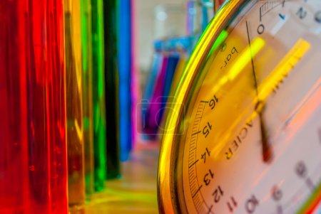 Photo pour Réflexions colorées sur le manomètre illustrent tellement de sentiments de laboratoire chimique  ! - image libre de droit