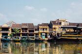 Turistické lodě před barevné domy