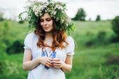 Mladá pohanské slovanské dívky provádět obřad na slunovratu. Beauti gi