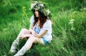 Junge heidnischen slawischen Mädchen Verhalten Zeremonie im Hochsommer. Beauti gi
