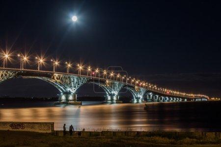 Photo pour Pont routier sur la Volga, reliant la rive droite de la rivière sur laquelle la ville de Saratov, et la rive gauche, sur laquelle se trouve la ville d'Engels. Type de construction - renforcée, longueur totale - 2825,8 m - image libre de droit