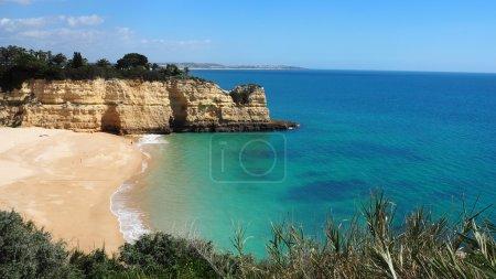 Photo pour Les plus belles plages du monde avec la roche calcaire photogénique. Côte de l'océan Atlantique. - image libre de droit