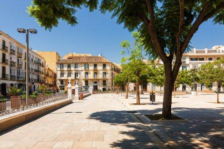 Photo pour Vue ensoleillée de la Plaza de la Merced, Málaga, province d'Andalousie, Espagne. - image libre de droit