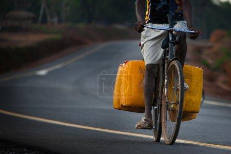 Photo pour Yongoro, Sierra leone, Transport avec vélo d'alimentation en eau en réservoir jaune près de l'aéroport international de Lungi - image libre de droit