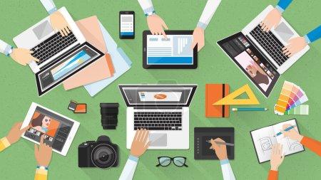 Illustration pour Équipe créative travaillant ensemble au bureau, travail d'équipe et concept de publicité - image libre de droit