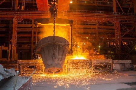 Metal fundido en una planta metalúrgica