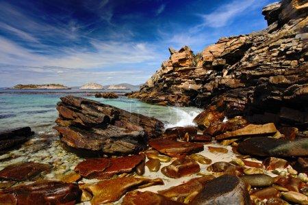 Foto de Azul del mar y el cielo, olas Costa, hermosa roca Costa, California, Usa - Imagen libre de derechos