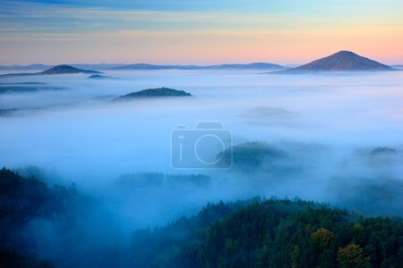 Photo pour Matin brumeux brumeux froid dans un parc de la vallée de la Suisse bohémienne d'automne. Collines de brouillard - image libre de droit