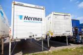 Swapbodys od balíkové služby hermes, stojí na logistický sklad